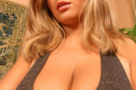 Blonde ronde avec gros seins