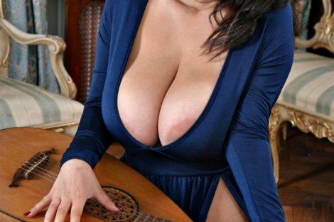 Brunette avec seins en robe bleu
