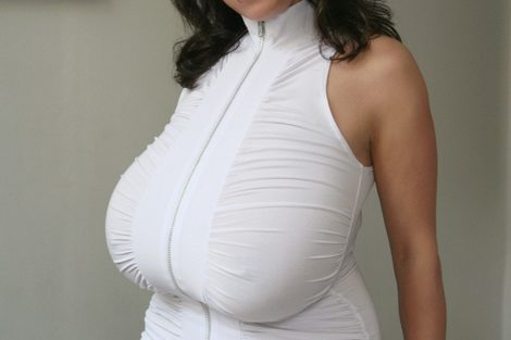 Mature brune avec robe blanche et gros seins