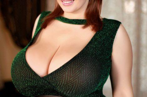 ronde rousse avec robe verte