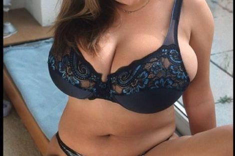 Jeune ronde coquine et sexy avec gros seins