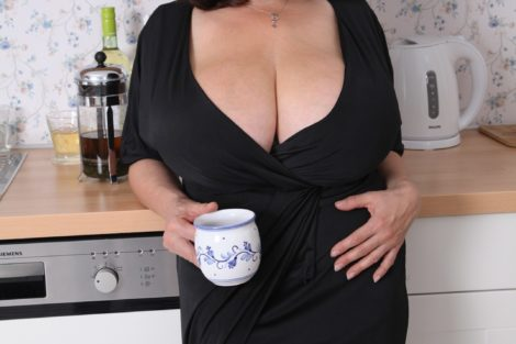 Grosse mature brune offre gros seins