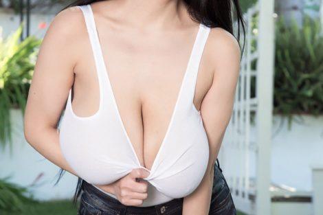 Belle asiatique ronde avec forte poitrine