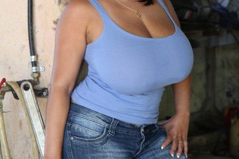 Brune mature habillé sexy avec gros seiins