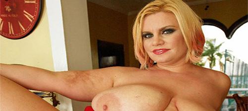 grosse blonde seins nus
