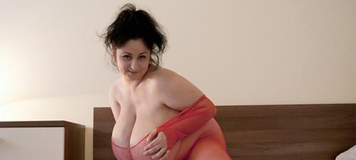 emmy coquine aux énormes seins