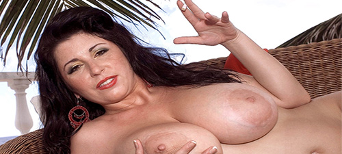 Brune mature à gros seins pour plan coquin