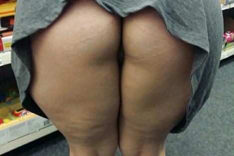 Mature ronde exhibe ses fesses dans un magasin