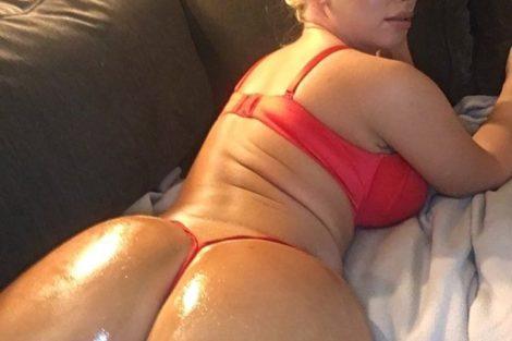 Mature blonde montre son cul huilé