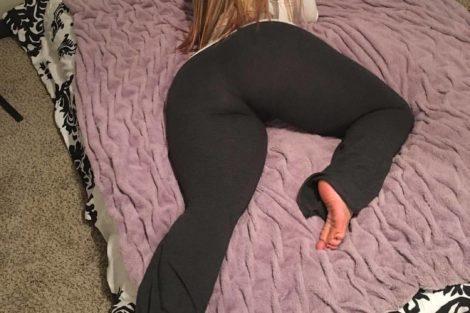 Milf habillé allongée sur son lit avec un gros cul