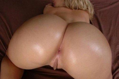 Femme mature écarte les feses pour se faire mettre un chibre