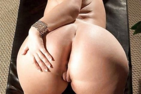 Ronde cougar caresses ses fesses rondes