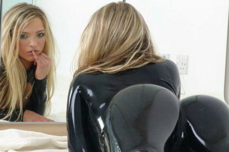 Blonde dominatrice sexy montre ses fesses