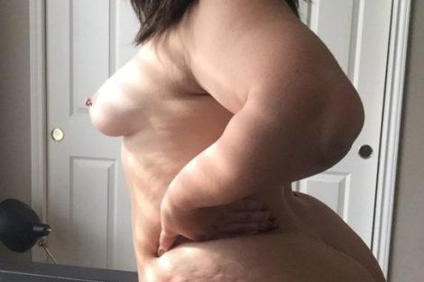 Ronde nue et sexy de profil