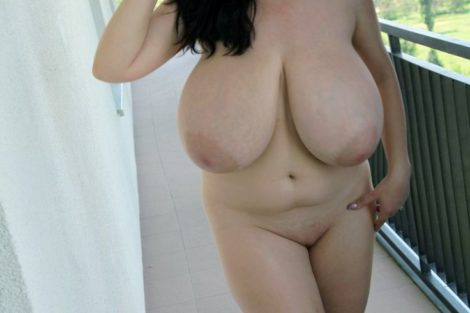 Jeune ronde nue exhibe ses gros seins