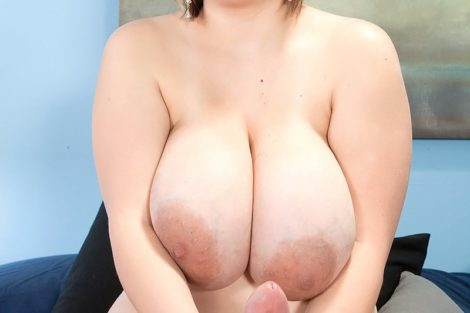 Belle blonde ronde à forte poitrine branle un sexe