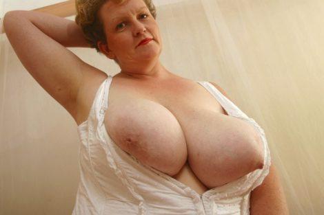 Vieille mature à gros seins