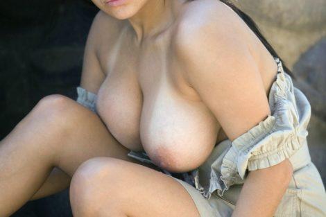 Femme ronde en robe montre ses seins
