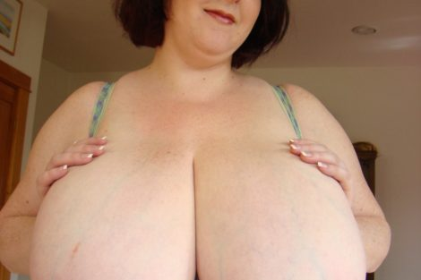 Grosse milf exhibe ses seins