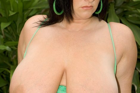 Brune ronde sexy avec gros seins