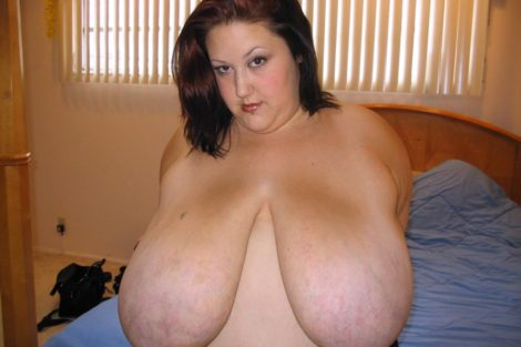 Grosse rousse topless avec gros seins