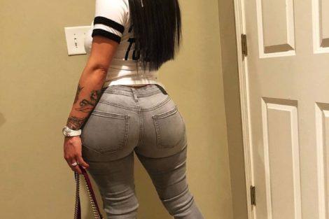 Jeune femme black en jean avec cul sublime