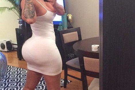 Selfie coquin de jeune ronde noire en robe blanche