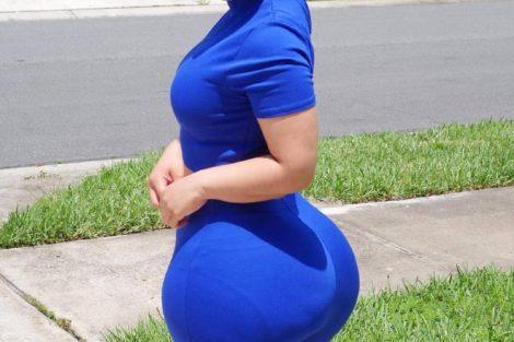 Jeune noire en tenue bleu