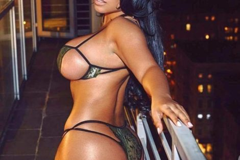 Magnifique femme noire sexy en petite lingerie