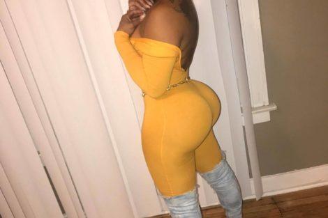 Femme black de 45 ans en robe jaune