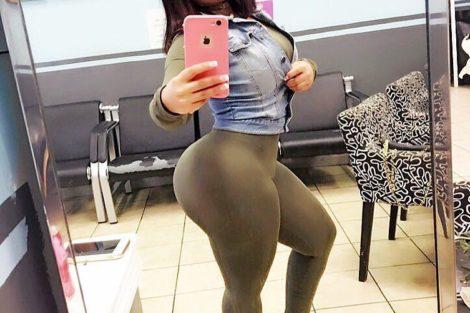 Selfie sexy de ronde black au gros cul
