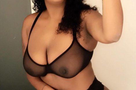 Jeune femme black en lingerie sexy noire transperente