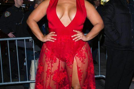 Mature black en robe de soirée rouge