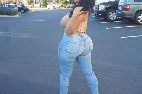 Photo de jeune femme noire en jean et haut jaune