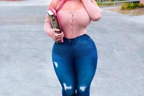 Belle jeune femme black en jean et décolleté rose