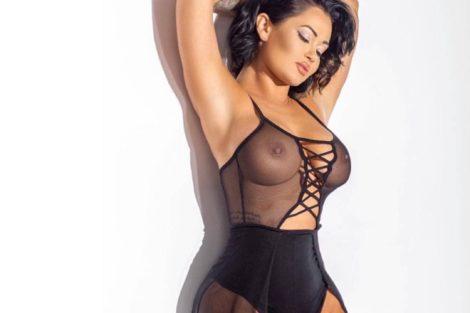 Sublime femme black en tenue noire sexy transparente